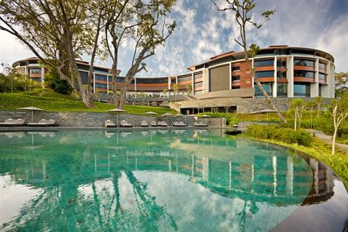 Capella Singapore_Pool with modern building Low Res