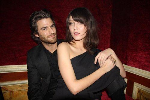 Johnny Whitworth et Irina Lazareanu (in Acne)
